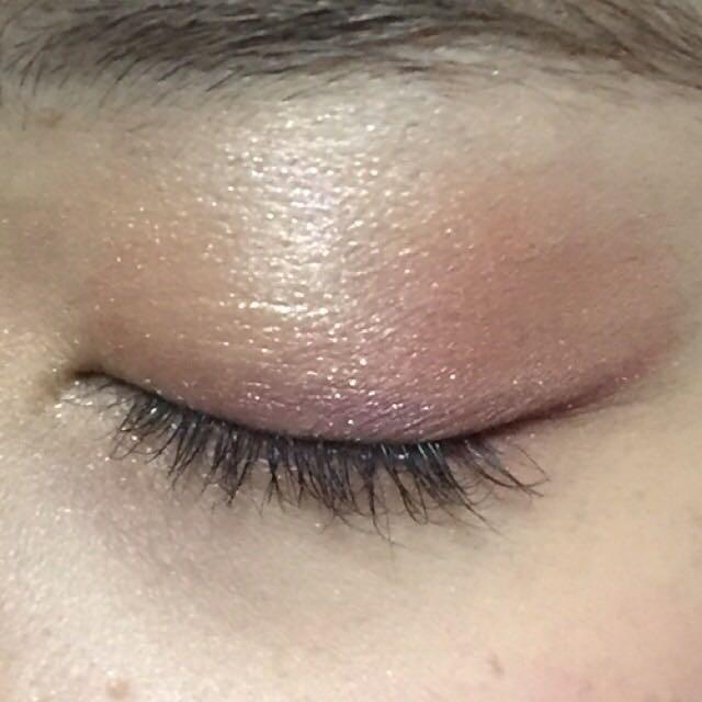 Dのカラーをチップなどに取り、目の際にラインっぽくいれます。 目尻は跳ねあげます。