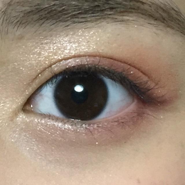 BとCのカラーを混ぜて、下まぶたの目尻から黒目の下までいれます。 涙袋の部分には、AとEのカラーをいれます。