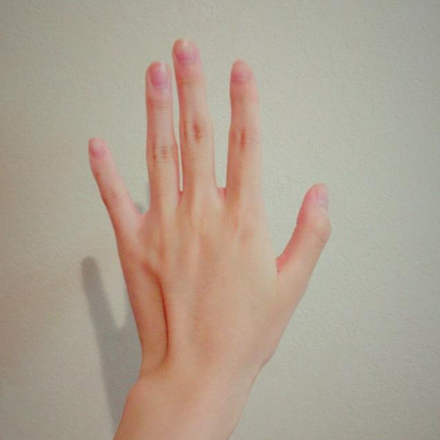 まっしろな肌になる方法を紹介します!今回はわかりやすいように手の甲に塗っていきます。これはビフォーです^.^