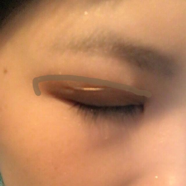 ②を二重幅に塗ります まぶたの半分から目尻側は二重幅より若干オーバーして塗ります