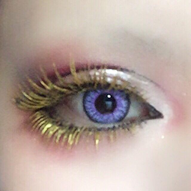 以前載せたプロセスで紹介した眉コンシーラーを使い睫毛全体を適当に塗ります。 (黒さがなくなるまで塗りつぶす必要はありません) 乾いたらレブロンのアイアートリッド7番のゴールドを使い睫毛全体に乗せます。