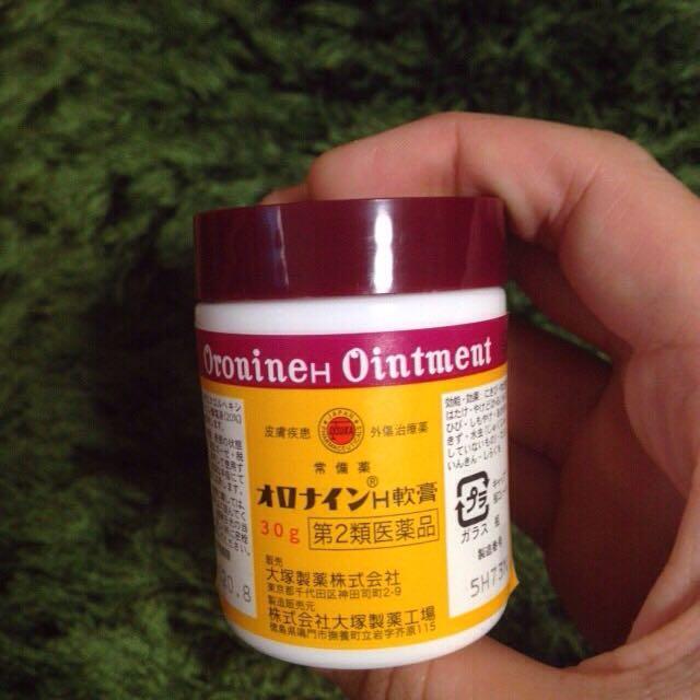 オロナインを顔全体に優しく塗ります。 厚く塗りすぎると毛穴が塞がって逆効果なので注意です。 このサイズのオロナインだと400円しないくらいだったと思います