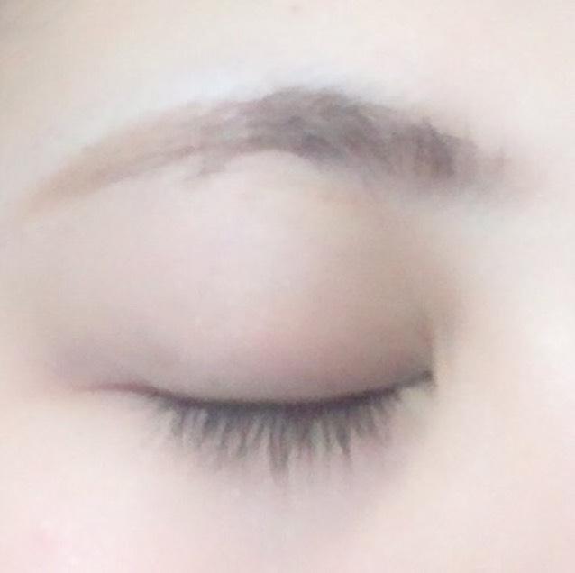 眉毛を太すぎないようにナチュラルにかきます。ペンシルのあとに眉マスカラをのせます。 ※本当は髪にあった色の方がナチュラルに仕上がります。