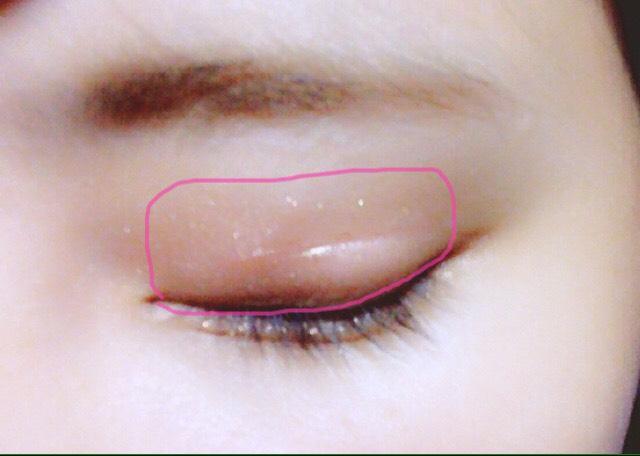 ⓵まずヴィセの左下の色を指にとって二重幅よりちょっと広めに広げていきます