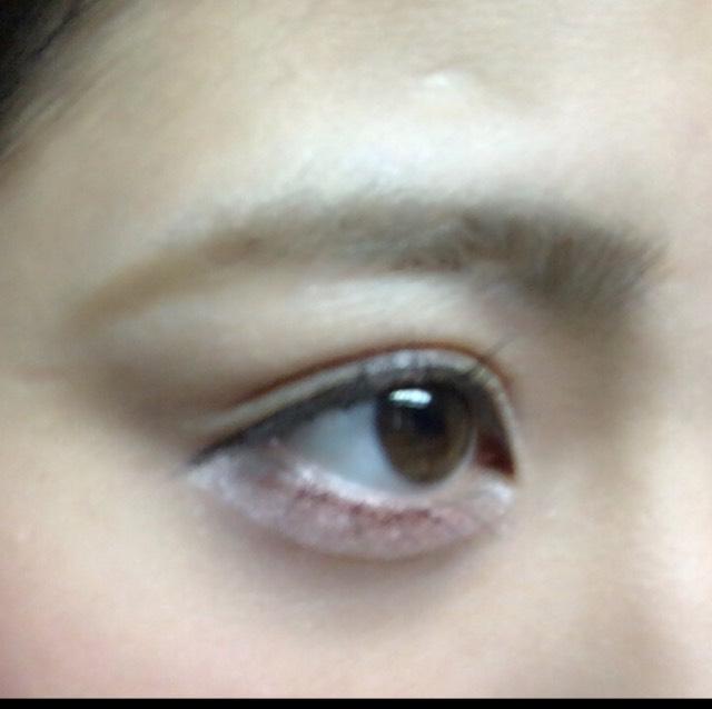 眉毛を描きます。  眉山からやや下げ気味にかきます。  眉マスカラ、薄いアイブロウパウダーで薄眉に。