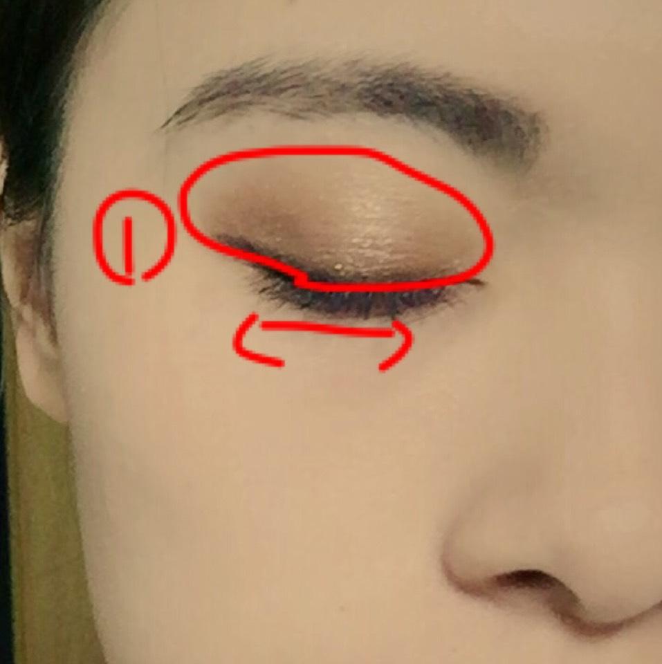 1番を瞼にまんべんなく塗ります。使っているlookmeはラメが凄いのでしっかり塗る時伸ばして下さい!