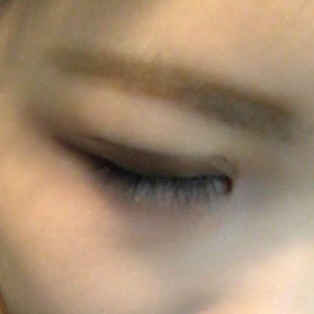 ②の眉マスカラを塗って