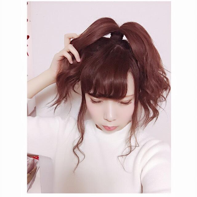 ポニーテールにした髪を2つに分けます。この2つに分けた髪をそれぞれゆるく三つ編みしていきます。