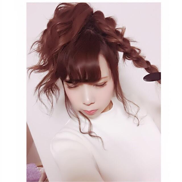 こんな感じに三つ編みをしてゆるさを出すためにつまんで髪をところどころ引っ張ります。かしこまるように硬く結んでしまうと髪にボリュームが出ません。