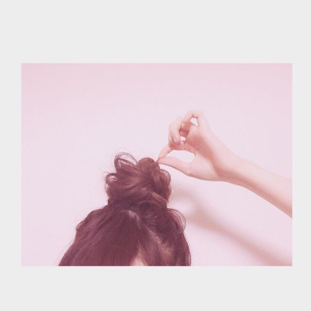 つまんで髪を引っ張っていけば形はかっちりしすぎず無造作に出来上がります。