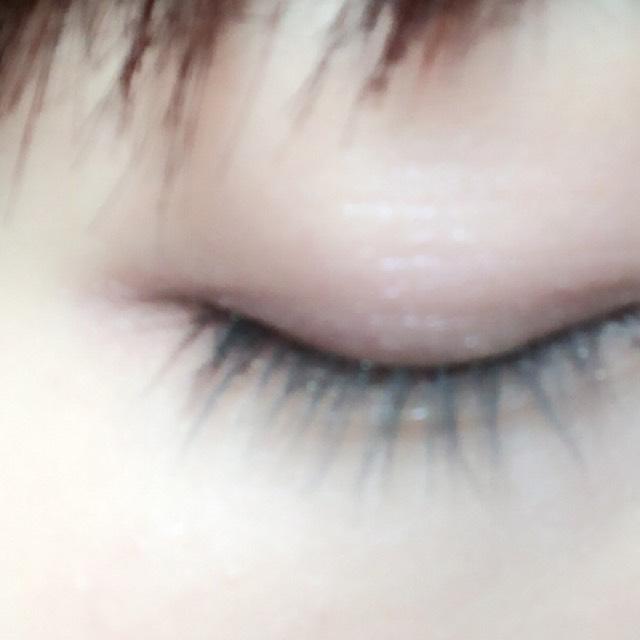 目尻の目のキワにぬります