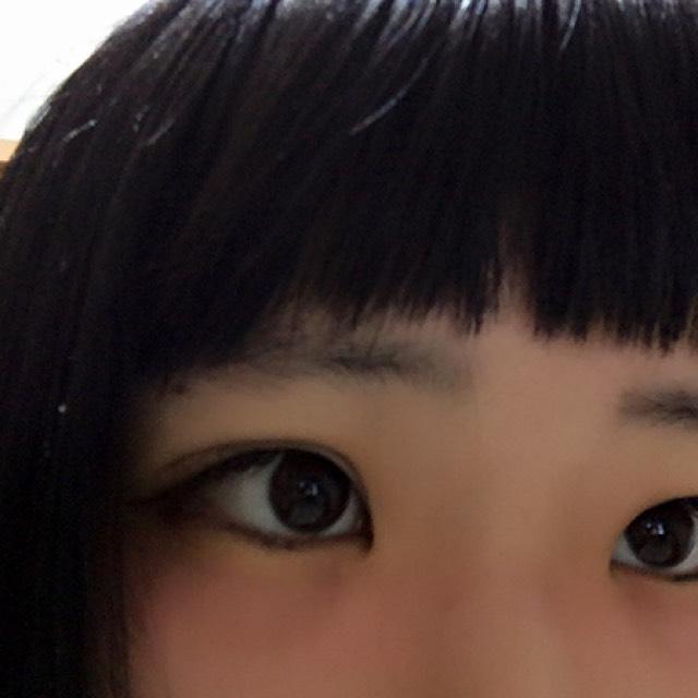 チークを塗ります。赤を使って目の下全部を横にと瞼の上を少し繋げて塗ってください。鼻筋のとこらへんはあんまり塗らない方がいいです