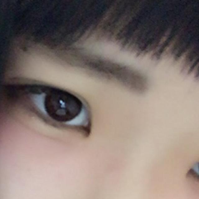 眉毛を並行に書いて鼻筋にコンシーラーでハイライトを入れます。
