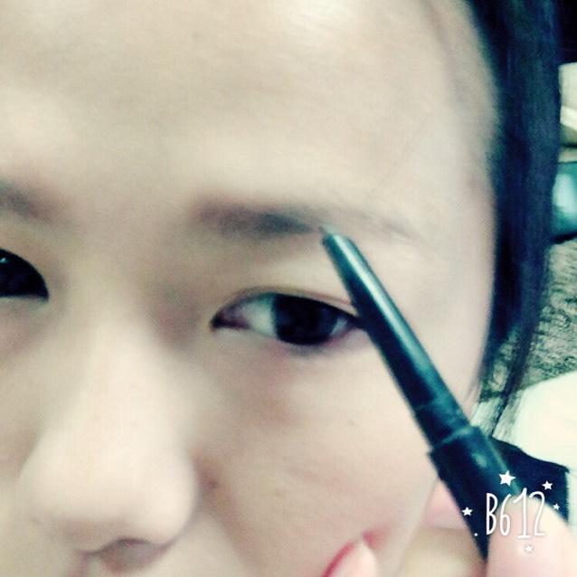 3.次は眉毛を書いていきます。 最初はパウダーで。 次にペンシルで輪郭を少しはっきりと書いていきます( ¨̮ )