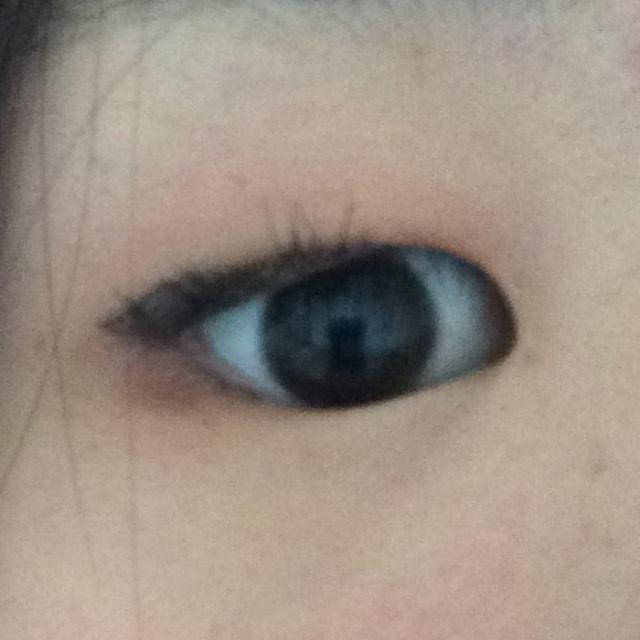 ベージュよりやや白めの色で涙袋をつくります目頭から少しだけ伸ばす感じで