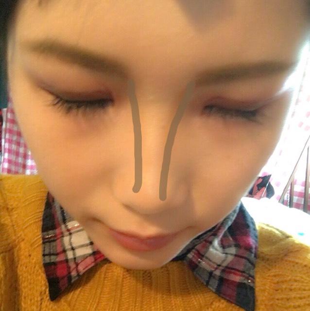 ブラウンのシャドー(ラメなし)を眉頭の下から鼻筋に沿って塗ります