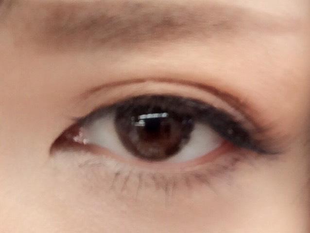 目尻から黒目の下ぐらいまで シャドウの一番暗い色を塗る マスカラはダイソーです(笑)