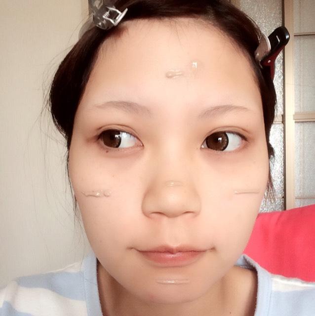 リキッドファンデを おでこ・頬・鼻・顎 に適量ずつ出し、馴染ませます。  ※馴染ませた後は余分なファンデをスポンジで取り除きます