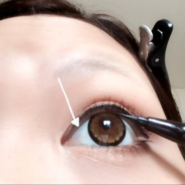またまた黒のアイライナーで粘膜を埋めていくよ!  ※この過程をするとしないとじゃ全然違うよ( ◞´•௰•`)◞   目に刺さらないよう、反対の指でまぶたを固定させるとしやすいよ