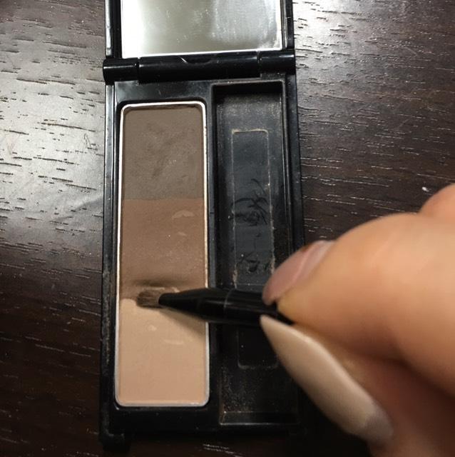 ケイトのアイブロウのこの色を細い筆に取ります。