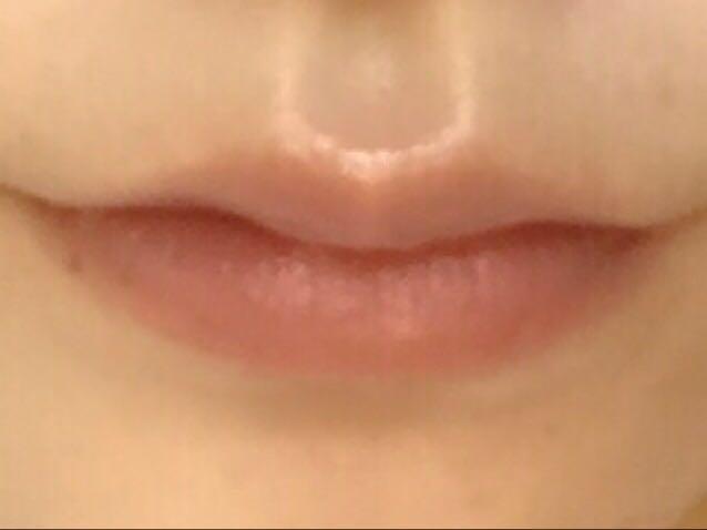 ①のリップクリームを唇全体に塗って唇を整えます