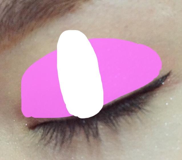 ホールの中間(黒目上)部分に白シャドウをのせます。  こうするとピンクメイクでも腫れぼったくみえません。