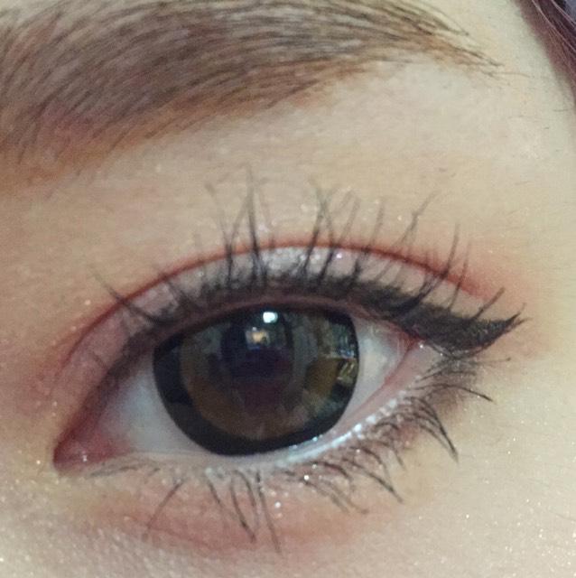 マスカラをします。  目をつぶるようにマスカラをします。 特に目頭部分と目尻部分の睫毛に塗ると 全体がふさふさと長く見えます。(ポイントです)  マスカラはダイソーのロングマスカラです。 100円マスカラでもビューラーの手順をすると一日中上を向いた睫毛になります。