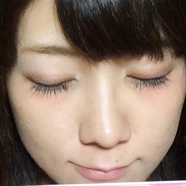アイシャドウはオーソドックスに目のキワから徐々に明るい色になるよう色を乗せていってください。 1番明るいカラーはアイホール全体ではなくアイホールの真ん中にぽんっと置くイメージで軽く乗せてください。 アイラインは細く、まつ毛の隙間を埋める程度にして目尻長めにしてください。