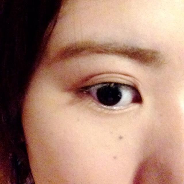 パウダーで眉がしらがら薄い、太い→濃い細いにぼかしていきます。