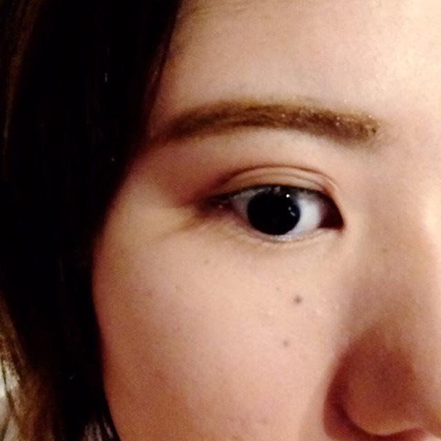 眉マスカラで毛流れを整えます。