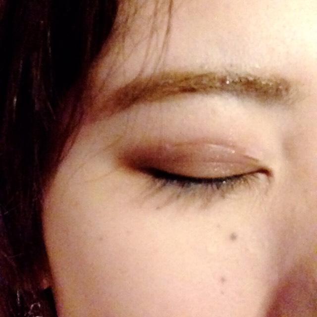 アイシャドウは 薄いブラウンを二重幅まで 濃いブラウンを二重幅の線と目の際に塗ります。