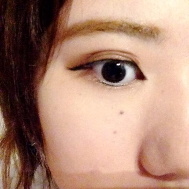 目の下も涙袋は作らず、 ブラウン濃いめで引き締めます。
