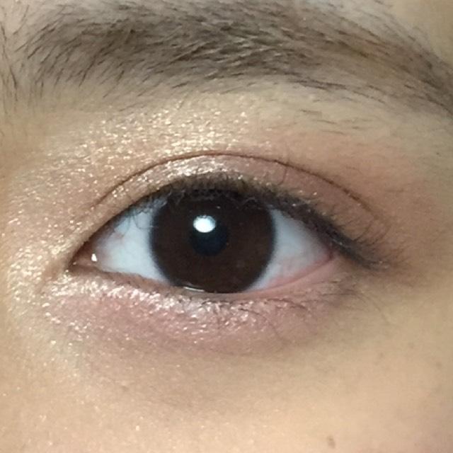 涙袋にCのカラーをのせます。そして、Eのラメアイシャドウを目頭とまぶたの中央にのせます。