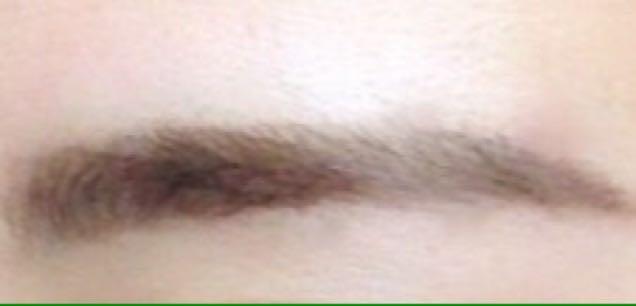 上の2色を細いアイブロウ用のブラシにとって、目尻とまゆげの薄い部分を1本1本丁寧にかくようにしてうめます。 私は眉尻を伸ばしています。