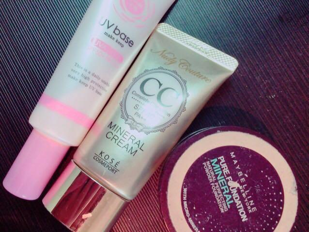 保湿をした後 下地→CCクリーム→ファンデーションをぬります。  CCクリームの時点で顔が多少白くなるので、 最後のファンデーションは濃めの色を選ぶ。 (首の色と浮かせないため)