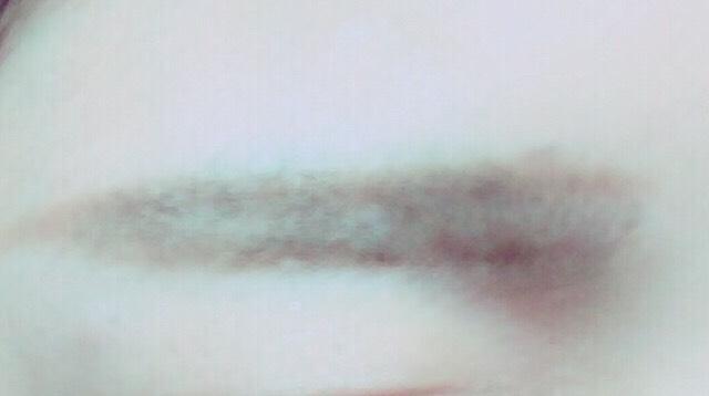まゆげ  眉マスカラ後、平行になるように形を描く。