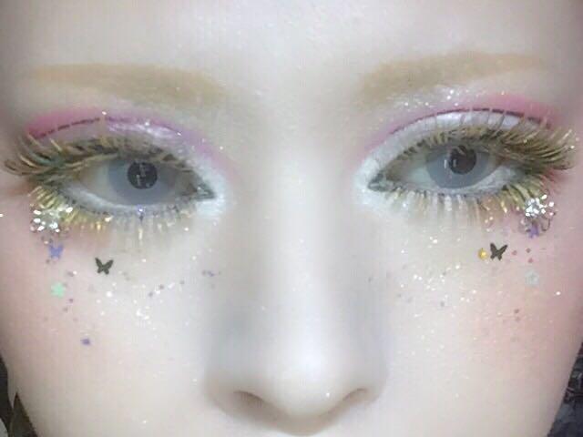 頬にネイル用のホログラムをソバカスのように乗せる 目の下の大きなストーンはお好みで。 マユカラの色と合う物を使い短めの平行眉を描く。