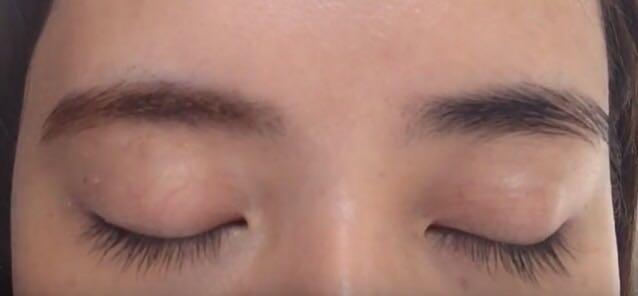眉毛を描いていきます。今回のモデルさんは眉毛がしっかりあるので、それを活かした流行りの太眉を描いていきます。