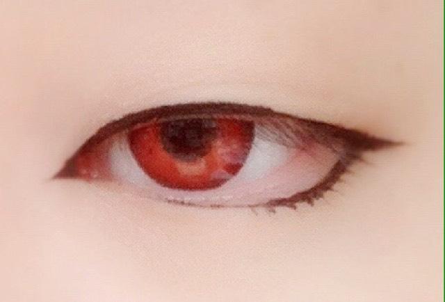 黒のライナーで目の周りを囲む 目尻はそのまま1.5cmくらい流して切れ長っぽくしつつ下はオーバーラインで少しタレ目〜並行目をつくる