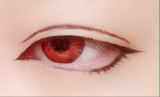 K-Paletteのブラウンで眼球の丸みに沿うようにダブルラインを少しづつ引く 引き終わったら綿棒で軽くこすり馴染ませる