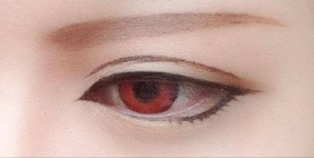 目尻に濃いブラウンを入れ涙袋にアイボリーを入れる 眉〜鼻筋に濃くブラウンを入れ彫り深く見せる