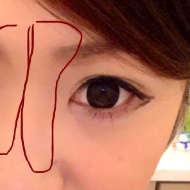 この時に眉頭の上から鼻に向かって鼻筋横をなぞるように、眉頭をぼかすようにブラシでサッとします