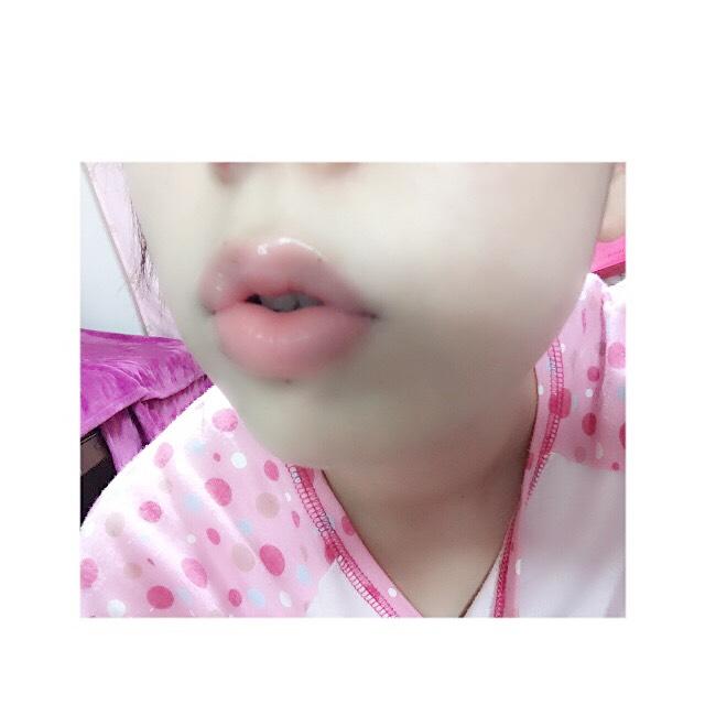 ♡そして唇。小さくておちょぼ口な口がコンプレックスな私ですが厚めにぽてっと見せるようにグロスの立体感を作り上げます。 まずリップクリームを塗ります。