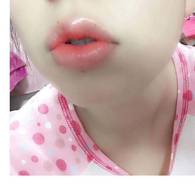 ♡ヴィセのクリームタイプをリップペンシルに取り唇の中央だけにまずのせます。内側だけにポンポンと。内側に濃いめのリップをのせるとぽてっと立体感に見せてくれます。