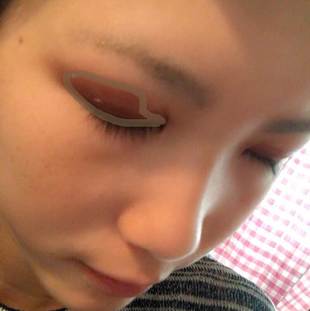 ②をまぶたの半分から目尻側とまつげの生え際にブラシでのせます