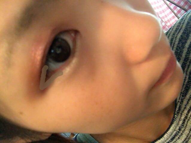 ⑥を目の周り全体に指でポンポンとのせ、⑤で目尻を囲います 目元がキラキラとした印象になります