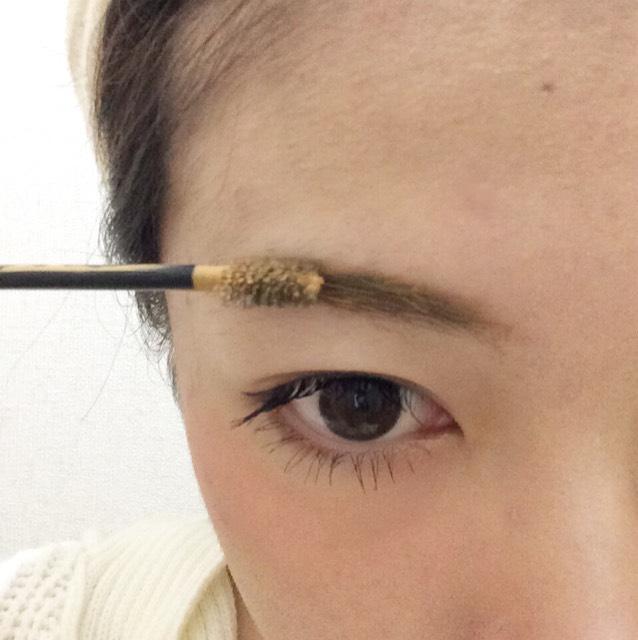 明るめのブラウンの眉マスカラを塗ります。 これでようやく完成です。