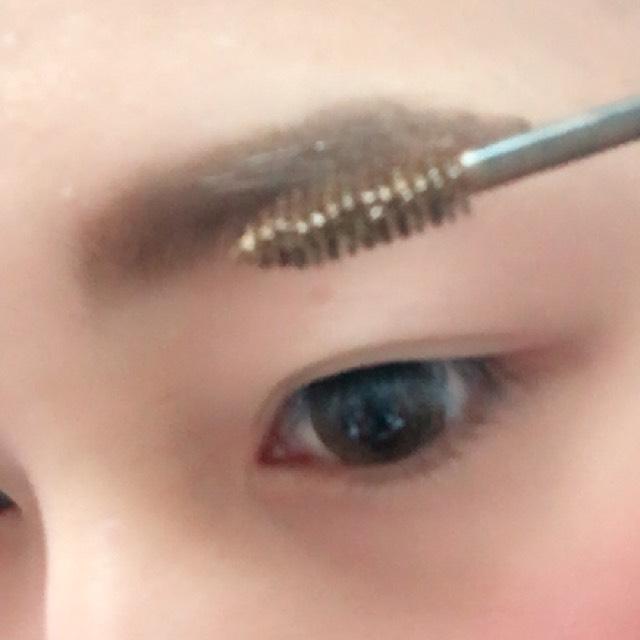 最後にBを使って眉毛の色をパウダーと同じ色にします!  眉マスカラを使うことによって消えにくくなるし不自然な感じもなくなります!