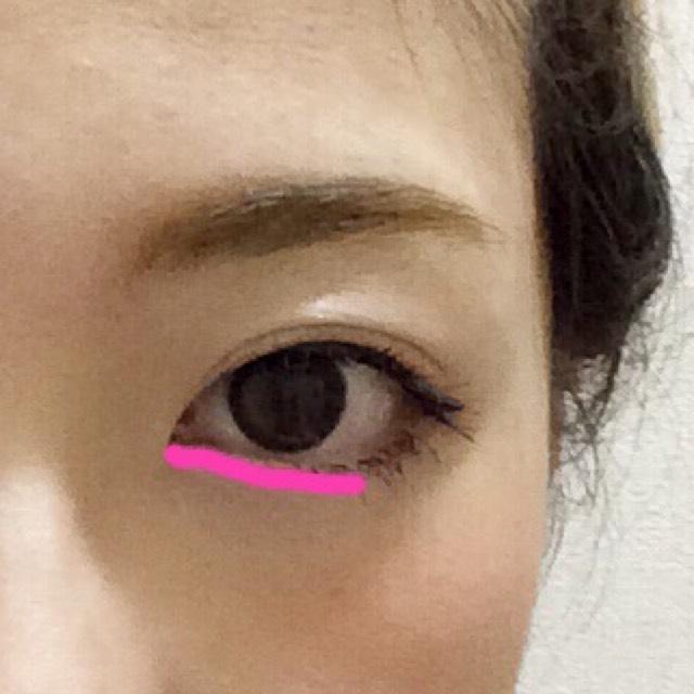 ピンクのペンのようにペンシルタイプのピンクのアイシャドウを引きます。