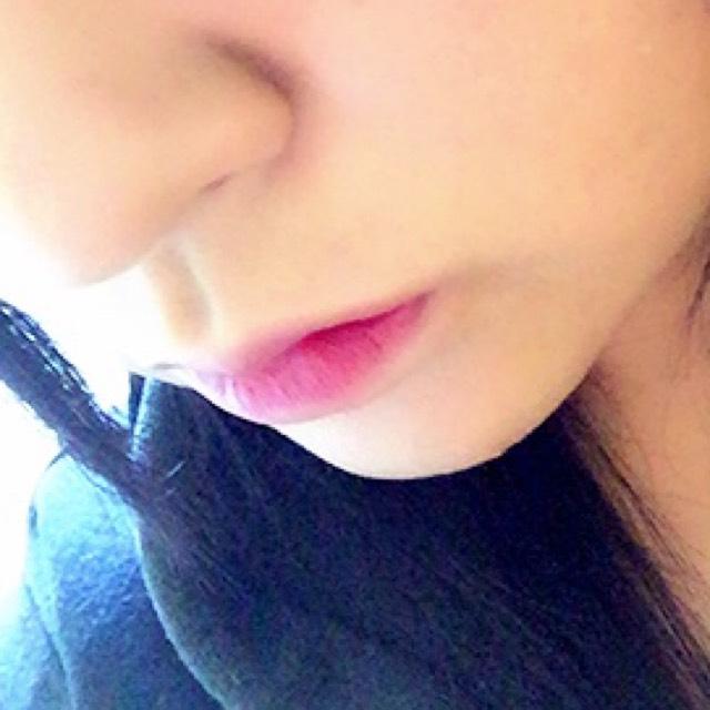 ファンデやコンシーラーで唇の輪郭をぼかしてグラデーションにしましょう♡リップの色は濃いめの色を使ってナチュラルメイクにポイントを!